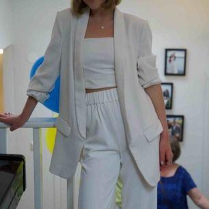 Riktigt fin vit blazer/kavaj från zara! Endast använd en gång på min student☺️ passar utmärkt nu till den kommande våren! Kan mötas i Stockholm och annars står köparen för frakt🌸