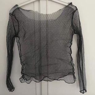 Skulle uppskatta till xs-m (liten m kanske) Klippt kragen eftersom ja ville ha den under t-shirt utan att kragen syntes, går klippa till den snyggare än vad jag gjort 😂 men annars bra skick använd typ en gång 40kr inkl