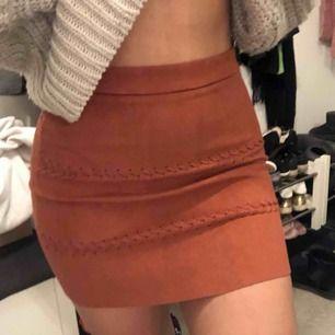 """Superfin kjol i kopparfärg med två """"flätor"""" i fram."""