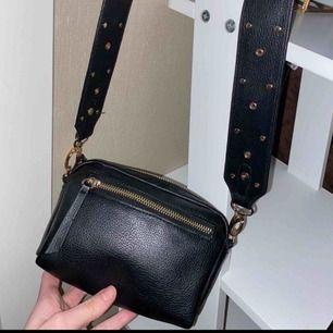 Snygg väska, med ett supersnyggt lite bredare band! Supersnyggt med gulddetaljerna 😍😍