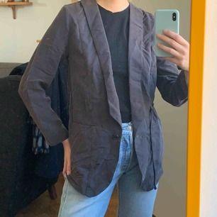 En aning skrynklig Kavaj i sammet/velvet-liknande material med faux-skinn midjeband som går att ta bort. Mycket snyggare irl!! frakt :42kr ✨