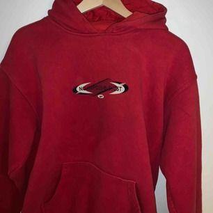 Perfekta vintage hoodie. Så jäkla cool och märket är nike! Buda från 100kr   Högst bud:150kr