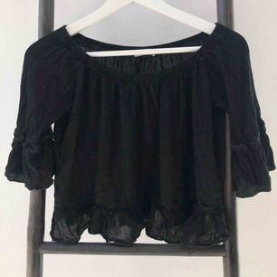 Perfekt blus som är fin till så många tillfällen. Köpt från märket TESSIE och är i fint skick. 💛