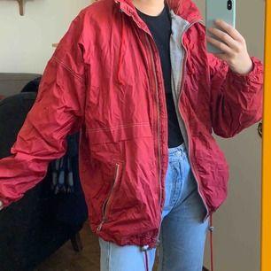 Vintage regn/vindskyddsjacka, står ingen storlek men gissar på L. Frakt : 59kr ✨