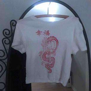 Ribbad och croppad t-shirt från bershka med tryck!  Använd ca 4 ggr och är i nyskick :) Super stretchig och skön