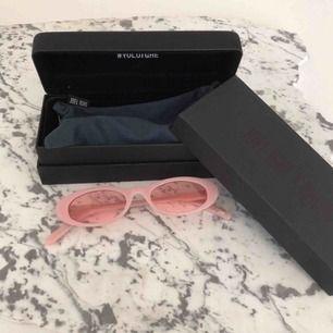 Trendiga solglasögon från chimi eyewears kollektion med Joel Ighe. Knappt använda, så i nyskick! Såldes som limited edition så finns ej längre i butik att köpa, nypris 1200:-