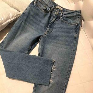 Ett par svin snygga mom jeans som går rakt hela vägen! Strl 38. Formar din rumpa svin bra, dock sytt igen eftersom det tidigare var ett hål under rumpan (meningen), om man vill kan man klippa bort det så att dem sitter snyggare.