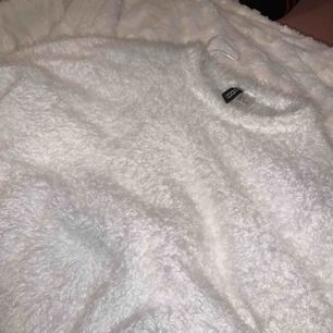 Fluffig mysig vit tröja från H&M, rätt så kort men sitter snyggt på!