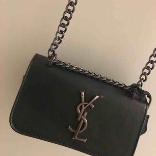 Super fin handväska! Använd flera gånger som det syns på själva märket, annars finns det inga hål och skador. Kedjan är svart/grå glansig. Billig pris pga lite repa på märket🥰