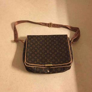 Säljer min Louis bag, har haft den som dataväska till skolan. AA-Kopia nypris va typ 1,500