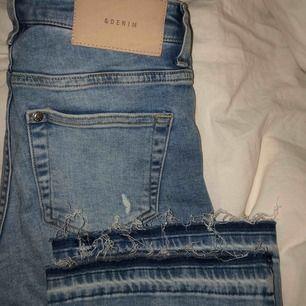 Kick flare jeans, croppade. Knappt använda pga för små, sitter som en 34 ungefär 👖