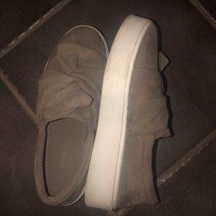 """säljer dessa super fina skor med """"knyt"""" detalj. Beige/bruna, knappt använda pga för små!!"""