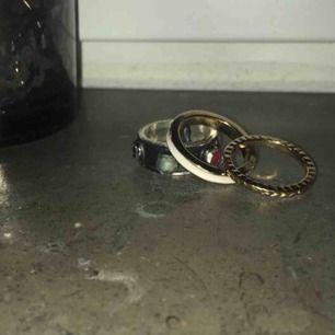 Jag säljer de här såå fina ringarna! Den svarta är lite mindre en dom andra 2. 15kr styck. Ja kan posta men kan även mötas upp i Stockholm💫🌈💞