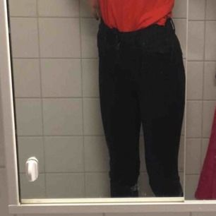 Svarta bot cut jeans från Gina tricot:)) så fina men för små för mig. Börjar även bli för korta och jag är 165. Väl använda så lite urtvättade men personligen så tycker ja att de bara är snyggt. Kom priv för fler bilder🌈💞🌈