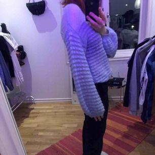Svinsnygg blå stickad tröja från Carin Wester, endast använd 2-3 ggr så extremt oanvänd! Den är väldigt mjuk och skön och är i storlek S, dock oversized i armarna! Frakt tillkommer 💜
