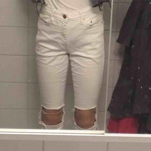 Såå fina bot cut jeans från H&M. Köpta här på Plick men var tyvär lite stora för mig. Därför säljer ja de vidare. Köparen står för frakten men kan också mötas upp i Stockholm 💞💞💫🌈