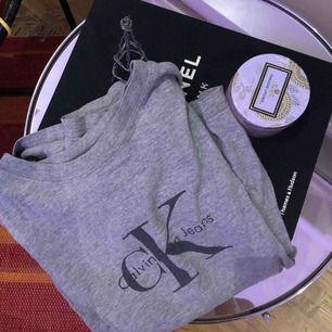 Det står storlek L men den passar precis på mig som är S så passar S och XS! använd ca 10 gånger och är i väldigt bra skick, ser helt ny ut. Pris går att diskuteras men frakt tillkommer!💜 #grå #calvinklein #tshirt