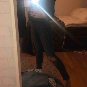 Super sköna, snygga jeans från Gina Tricot, modellen LEAH!! Snyggt hål på ena knäet:) Skriv för mer bilder!!