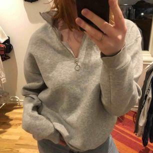 Världens och då menar jag världens mysigaste tröja!! Snygg och modern, använd men bra skick, storlek S fast på herravdelningen så det är mer en M. Frakt tillkommer💖