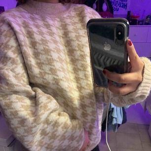 En supermysig tröja som bara har används ca 3 gånger bara! Jag har i storleken L men har vanligt vis i storlek Xs/S men denna storleken var mysig och är inte överdrivet stor! Möts upp i Sthlm/söder och kan frakta men köpare står för frakten!