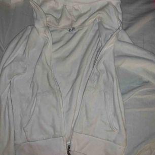 As söt vit zip up från barnavdelningen på Cubus typ velourtyg, strlk 146/152 men motsvarar en Xs!