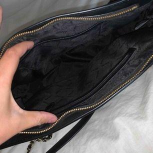 Snygg och äkta DKNY väska! Nytt skick, använt endast 3 gånger. Mått 35*25*12