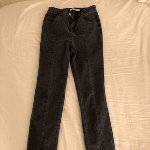 Jätte fina gråa jeans med slits nedtill från NA-KD, sitter bra där bak och är av en lite kortare modell som sitter som ett par tajta jeans.