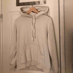 En använd vit hoodie, säljes då jag köpt en ny.
