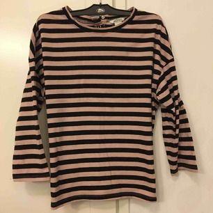 Gullig och skön T-shirt  i lite tjockare bomull med söta knappar i ryggen. Rosa och svart , passar xsmall/ small/medium