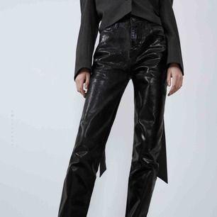Svin snygga jeans från zara, samma material som deras silvriga populära byxor fast i svart. Lite långa i modellen men går alltid att klippa, sitter bra på mig som är 170!💜 skriv för mer frågor