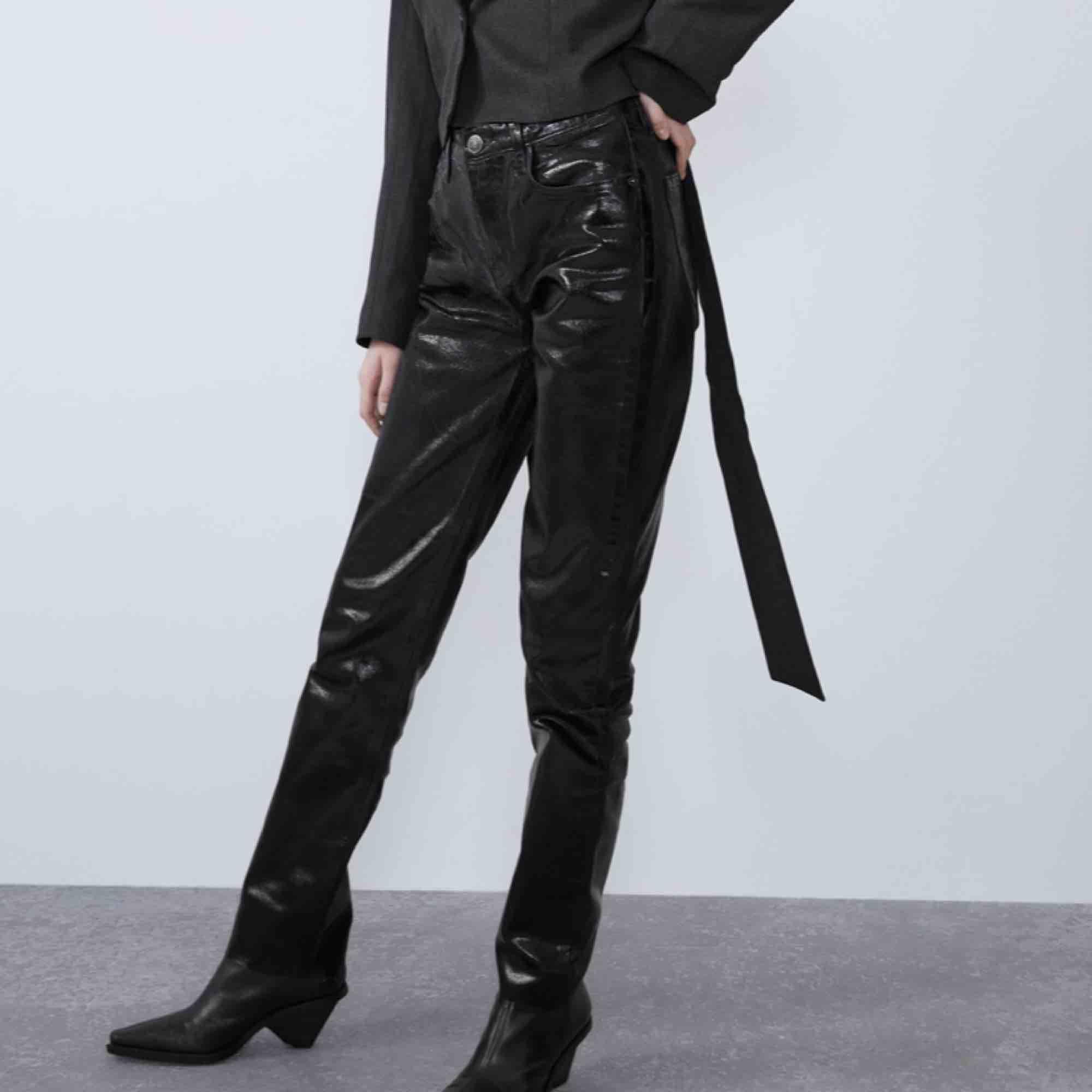 Svin snygga jeans från zara, samma material som deras silvriga populära byxor fast i svart. Lite långa i modellen men går alltid att klippa, sitter bra på mig som är 170!💜 skriv för mer frågor . Jeans & Byxor.