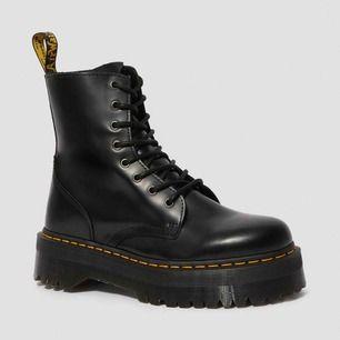 Helt nya och oanvända Dr Martens Jason Platform Boot i storlek 39. Säljer pga felköp. Hämtas i Sollentuna alt köpare står för frakt.