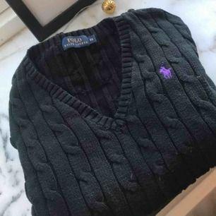 Stickad tröja från Ralph Lauren! Använd få gånger så i bra skick! Står storlek XS, men skulle nog passa S också.  Köparen står för frakten💕