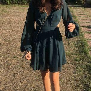 superfin mörkgrön klänning från asos! endast använd vid ett tillfälle. öppen rygg (se sista bilden) och fina puffärmar. storlek 32 (xxs-xs), jag på bilden är 158 cm lång. 100% polyester. nypris var drygt 500 kr + frakt. spårbar frakt ingår i priset!💞