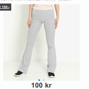 🤍🤍 Säljer dessa super sköna bootcut byxor från Lager 157. Dom är i väldigt fint skick då jag har använt dom max 2 gånger. Färgen skulle jag säga är som på dom två första bilderna. Köparen står för frakten <3