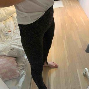 Säljer dessa glittriga byxor från Bik Bok! Endast använda en gång så de ser helt nya ut! Jag är 176 lång. Slits nertill!