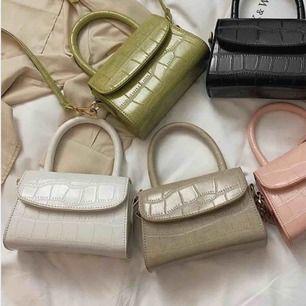Säljer min VITA, väldigt sparsamt använda väska! Den står bara på min hylla och kommer aldrig till användning. BUDA!✨superfin och lätt att matcha!