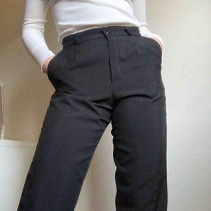 svarta kostymbyxor! jag är 169cm! frakt 46kr