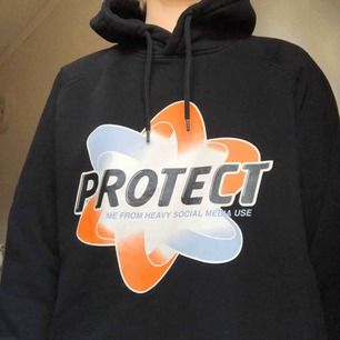 svart hoodie från weekday! frakt 65kr
