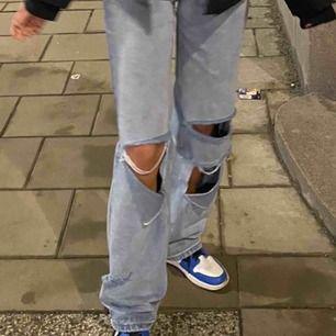 Säljer mina jeans från Boohoo! Passar perfekt för dig som är lång och har problem att hitta jeans som passar i längden! Jag är 175 och på mig sitter dom så bra :) säljer ett par likadana i svart!