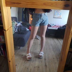 Fina blå jeansshorts från Bershka! De är lite lösare i passformen och knappat använda💞 priset inkluderar frakt! 🦋