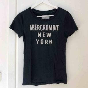 T-shirt från Abercrombie & Fitch i fint skick, storlek L men skulle säga att den passar en M bäst.