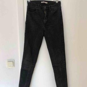 Högmidjade tighta jeans från Levi's. Supersköna men inte mycket använda då dom hann bli för små ganska fort. Storlek 26/32, stretchiga.