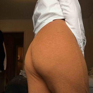 Vida suuuperstretchiga byxor från Zara! Har ett litet hål framme vid höger fot, kan skicka fler bilder såklart! ❣️ Frakt på 70kr tillkommer!