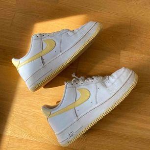 Säljer ett par sparsamt använda Nike air force. Använda max 4 gånger. 💛 Nypris: runt 1100 kr!  Högsta bud: 600 kr