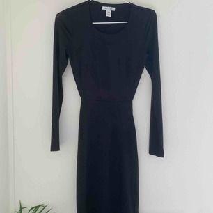 Svart klänning från Nelly! Den perfekta fest klänningen då den är super skön i materialet! Är räfflad baktill vid rumpan och öppen i halva ryggen! 🌟