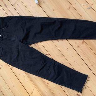 Svarta Mom jeans från Zara i fint skick, strl 36. Köpare står för frakt 59kr i postens blå kuvert