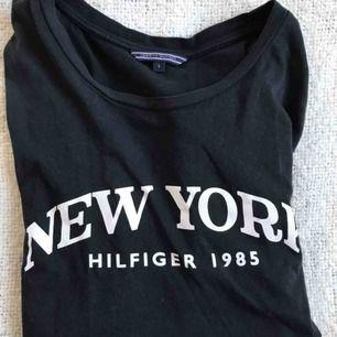 Jättefin tröja ifrån Hilfiger som jag tyvärr inte använder, Den är storlek S men passar M också, köparen står för frakten ☺️
