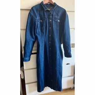 Cool jeansklänning 🌟 Går även att använda som jacka/kappa.  SÅLD!