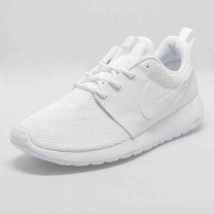 Har liknande vita Nike skor, funkar både inne och ute. Aldrig använda, skriv för bilder